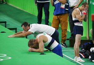 Дэнни Пинейро Родригес и Жюльен Gobaux реагируют с ужасом после того, как одноклубник Самир Айт Саид из Франции сломал ногу, прыжки в гимнастике.