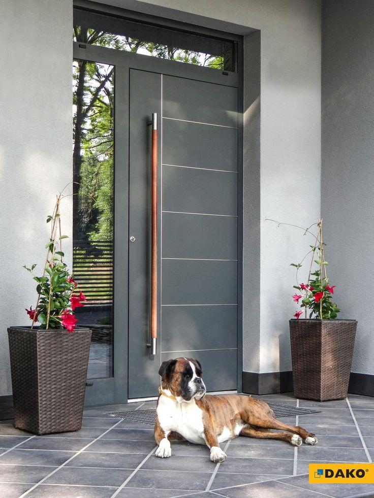 Aluminiowe drzwi zewnętrze z intarsjami i drewnianym pochwytem