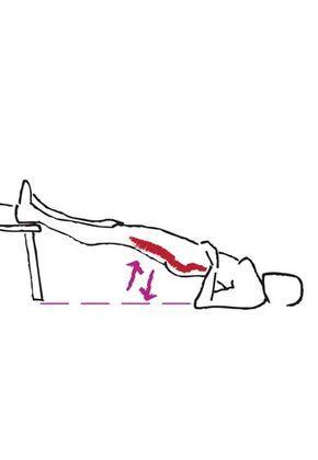 Übung für Po und Oberschenkelrückseite - Die besten Bauch-Beine-Po-Übungen - Tschüss, Cellulite! Diese Übung strafft speziell die hintere Oberschenkelmuskulatur und sagt der lästigen Cellulite den Kampf an. Sie benötigen für diese Übung wahlweise einen Stuhl, ein Sofa, Bett oder einen niedrigen Tisch...