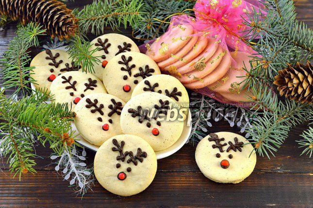 Выпекаем печенье «Рождественские олени»  Нежное, хрустящее печенье, украшенное в виде рождественских оленей, должно понравиться и взрослым, и детям. С чем бы вы его не подали: с ароматным чаем, горячим шоколадом, обжигающим кофе или вкусным глинтвейном, оно поднимет настроение, вызовет улыбку, усилит праздничную атмосферу. А можете просто упаковать такое печенье в красивые мешочки и раздарить друзьям. Готовить его легко и просто, а праздничное настроение всем гарантировано!