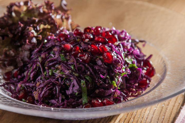 Грузинский салат из красной капусты - пошаговый рецепт с фото: Краснокочанная капуста имеет не только привлекательный внешний вид, но и приносит пользу в ее составе... - Леди Mail.Ru