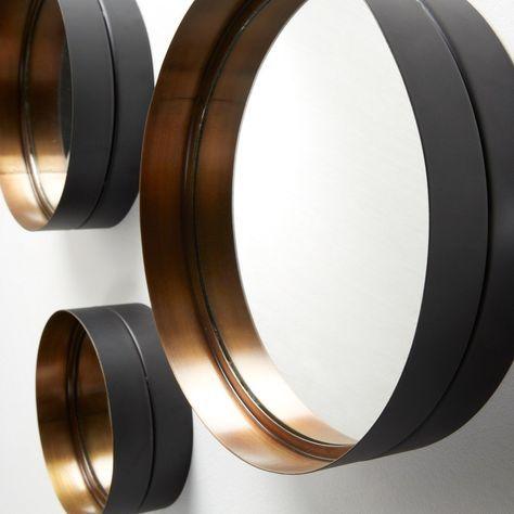 Spiegel wand   Wilson   Metaal goud   LaForma-Kave Zwart en goud blijft de perfecte combinatie! Zo ook met deze spiegel! De Wilson, set van 3 ronde spiegels. Het frame is van metaal. De binnenkant is goudkleurig en de buitenkant zwart.