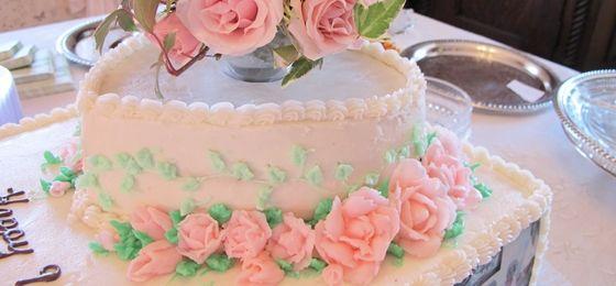 COMO USAR LA Manga para decorar tortas  http://creativiu.com/es/blogs-de-reposteria/manga-para-decorar-tortas/