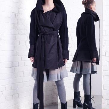 Płaszcz - trencz, połączenie dwóch tkanin z dwoma kieszeniami, Idealny do skórzanych wysokich butów, w klasycznej czerni   i nowoczesnej formie  Zapytaj nas o inny rozmiar.