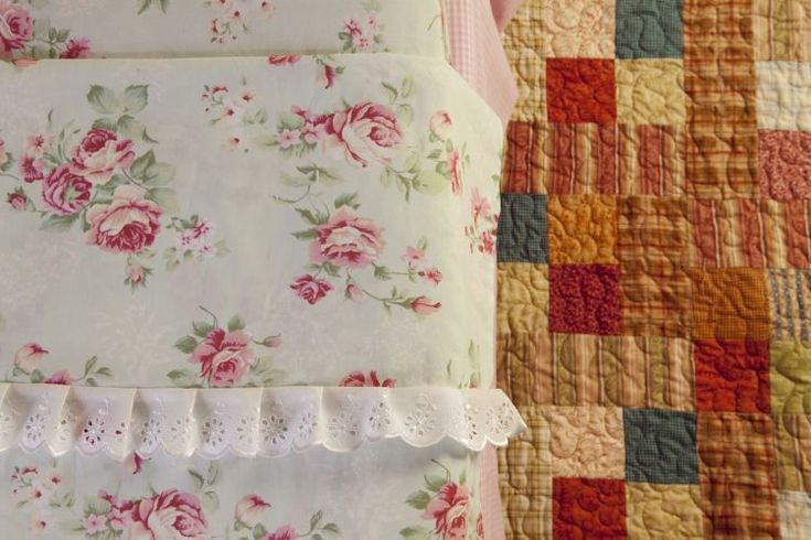 Sua roupa de cama está sem graça? Que tal personalizá-la com detalhes simples? Eliana Zerbinatti, da <a href=http://www.panoxadrez.com.br target=_blank><u>Country Craft Studio</u></a>, ensina aqui como fazer a vira do lençol de cima - que facilita a arrumação da cama - e a aplicar o bordado inglês para deixá-lo mais bonito. Experimente