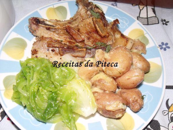 Receita Costeletas de porco com torresmos e batatas esmagadas ( jamie), de Receitasdapiteca - Petitchef