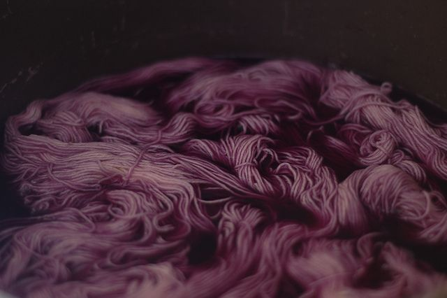 Dyeing with red cabbage and tea.