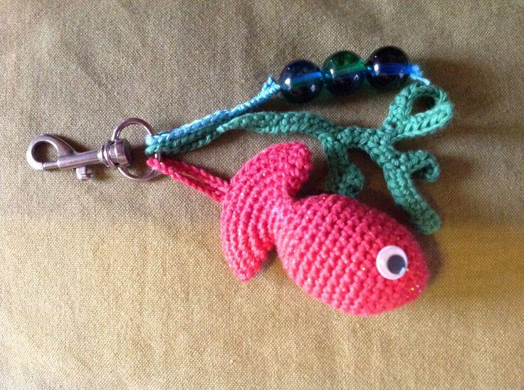 Sleutelhanger met een visje, zeewiertje en dikke kralen als bubbels.