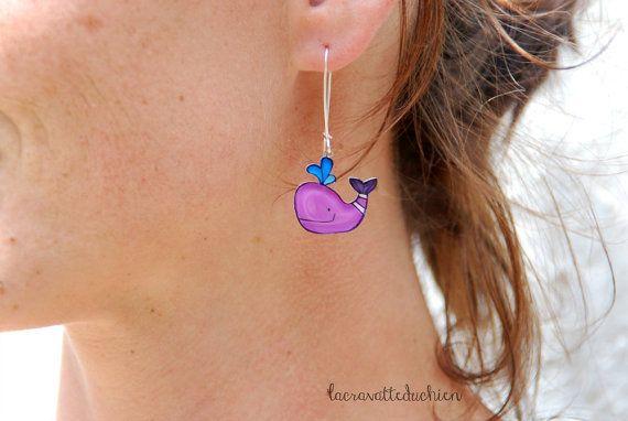 Le balene viola penzolano orecchini, gioielli animale, arte da indossare, sveglio della balena