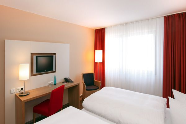 Blick in eines der Hotelzimmer / View into one of the hotel rooms | RAMADA Hotel Bochum