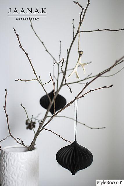 """Myös joulu voi hyvin olla mustavalkoinen. """"jaana_k"""" näyttää mallia tyylikkäiden koristeidne käyttöön! #styleroom #inspiroivakoti #joulu #mustavalkoinen"""