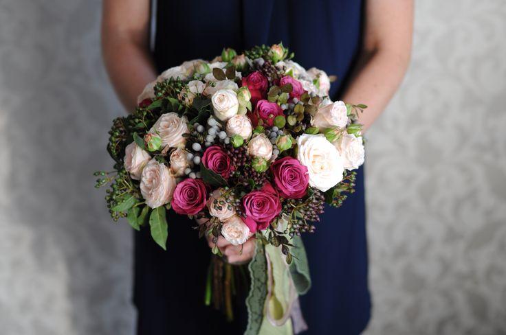 Букет невесты в розово-бордовой гамме / Bridal bouquet with light-pink and vinous roses