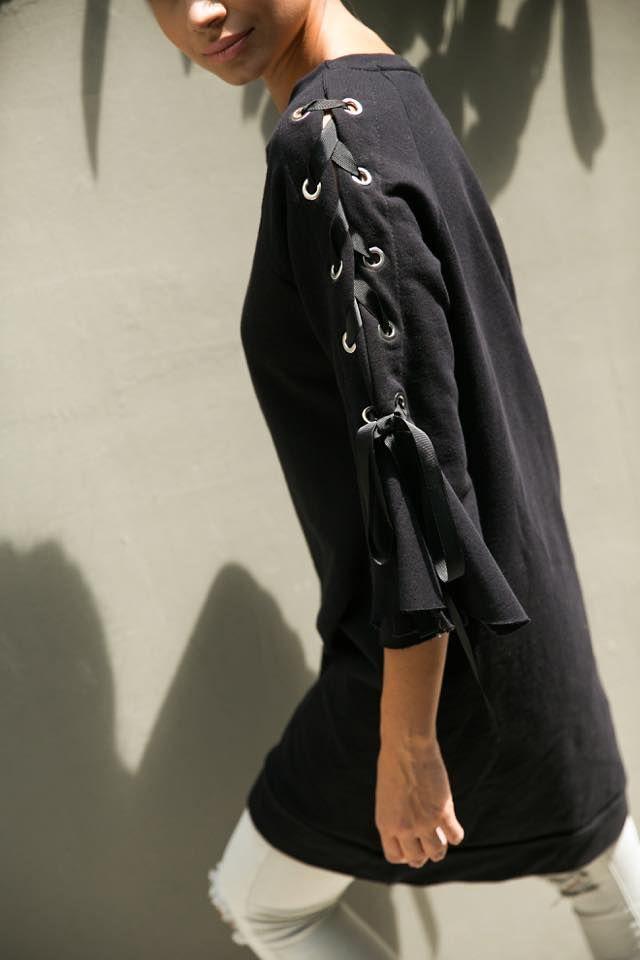 Long ribbon sleeve sweatshirt. Round neck and 3/4 bell sleeves. 97% Cotton. 3% Elastane.