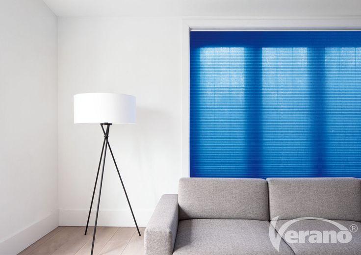 Deze knal #blauwe #plisségordijnen zijn een #statement in deze #woonkamer.