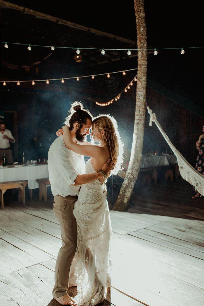 Erster tanz bei einer surf-chic böhmischen strandhochzeit   Bild von Megan Y …   – Weddings