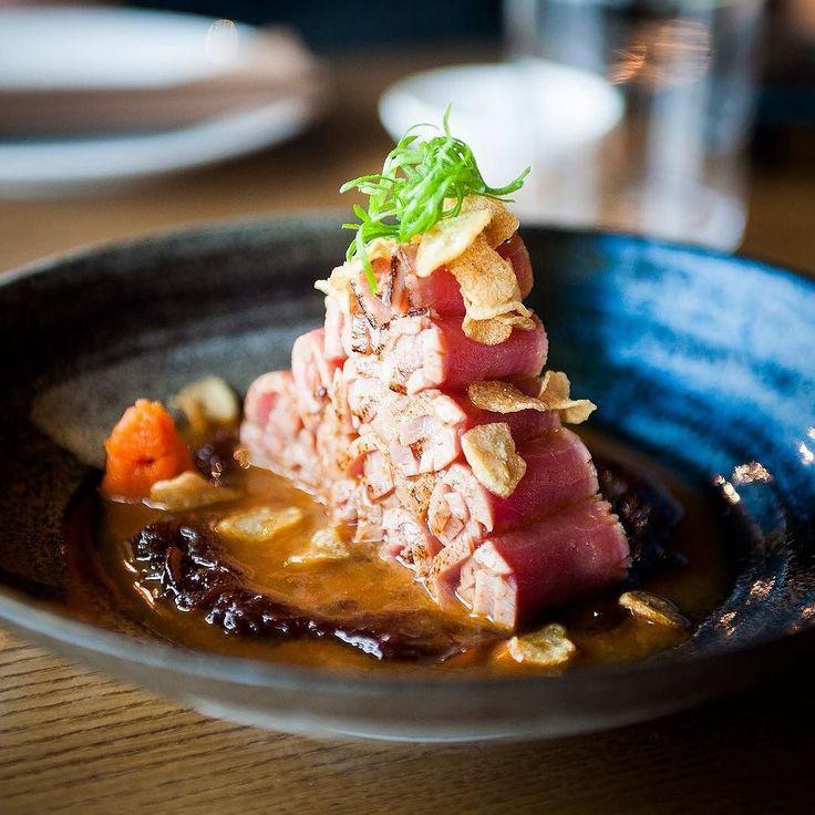 """На фото - Тунец татаки с пастой momiji oroshi из дайкона и ахи амарилло соусом спайси тосазу карамелизированным луком и чесночными чипсами. На первый взгляд тут очень много интересных и незнакомых слов. Попробуем разобраться. Итак что такое """"татаки""""? Все очень просто - это способ приготовления когда целый кусок рыбы или мяса очень быстро обжаривают на сковороде или гриле а потом тонко нарезают. Получается сырая середина и слегка обжаренные края. Ахи амарилло - это перуанский """"солнечный""""…"""