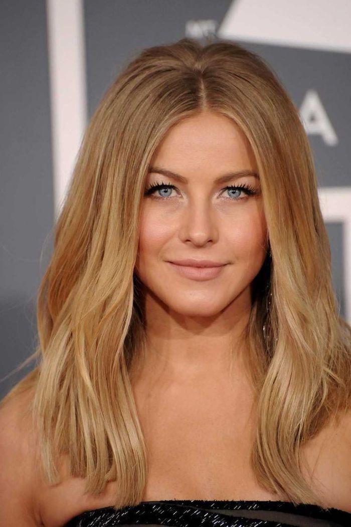 Karamellblond Frau Mit Blauen Augen Und Glatten Karamellblonden Haaren Haarfarben Caramel Haarfarbe Karamellblond Haarfarbe