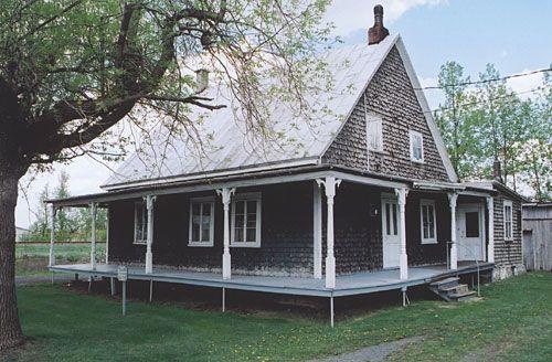 Maison traditionnelles québécoise construite vers 1835. Le travail du bardeau de cèdre ainsi que les moulures des fenêtres montrent la façon de faire à cette époque.