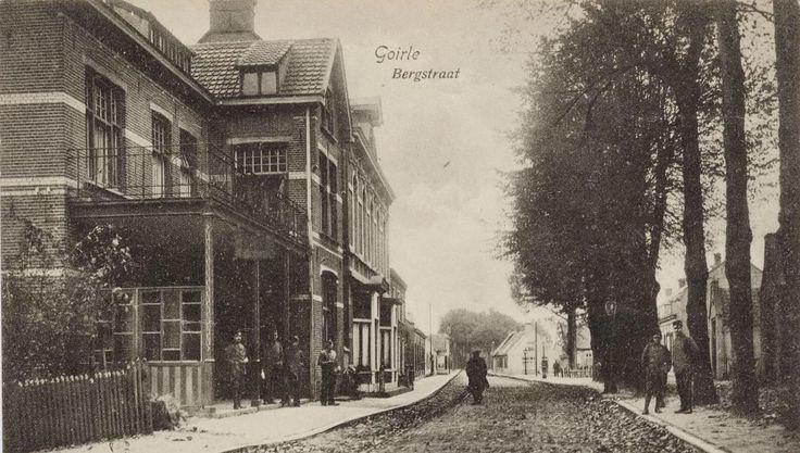 """Bergstraat met links hotel """"De Kroon"""" en recht vooruit café Mozes. De foto is uit ca. 1915"""