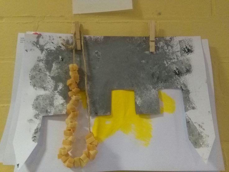 Kasteelstenen stempelen (zwarte en witte verf zelf mengen) met spons + ketting rijgen met patroon van twee kleuren