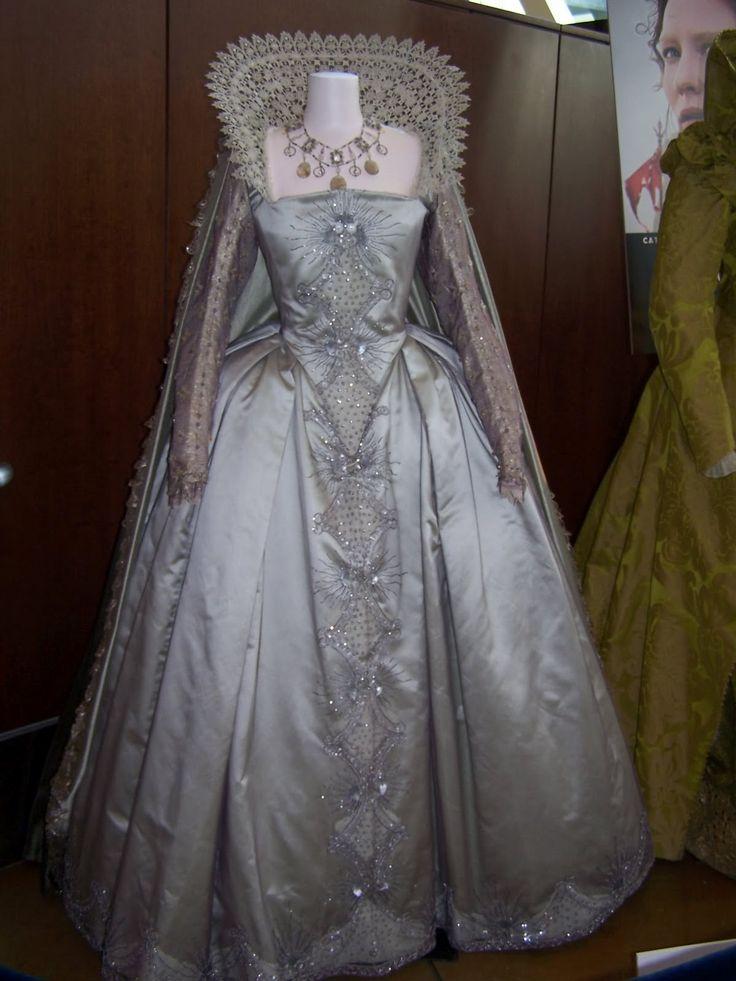 Voici des exemples de robes Renaissance   (en cours de construction)                                                 Les Borgias           ...