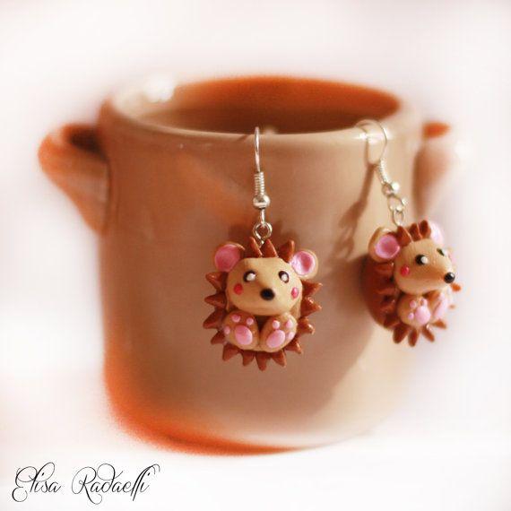 He encontrado este interesante anuncio de Etsy en https://www.etsy.com/es/listing/160759049/twinkle-hedgehog-earrings-polymer-clay