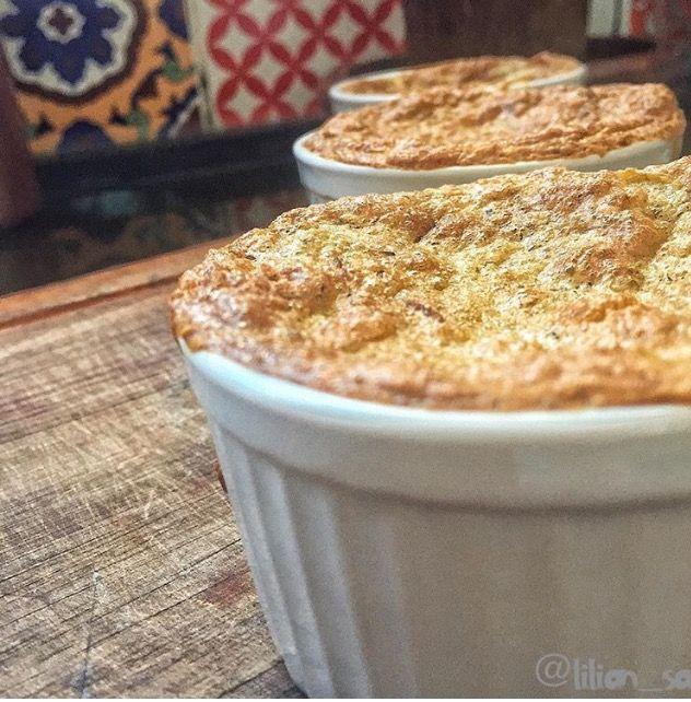 Tortinha paleo para o café da manhã ou jantar - Recheio de bacon, cebola e azeitonas, farinha de linhaça e de amêndoa.