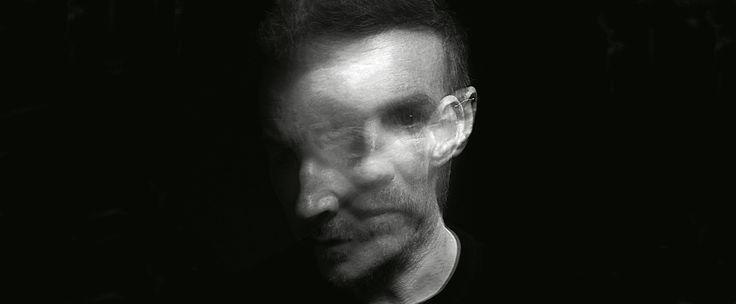 """/MAGAZIN Massive Attack: """"Die Idee, dass Techfirmen die Menschheit retten, ist total lächerlich""""  Robert Del Naja ist kreativer Kopf und Bandleader hinter dem legendären, englischen Triphop-Kollektiv Massive Attack. In einem exklusiven Interview mit WIRED sprach der Künstler über AI, Apps, Apple – und darüber, warum seine Band so ewig braucht für jedes neue Album."""