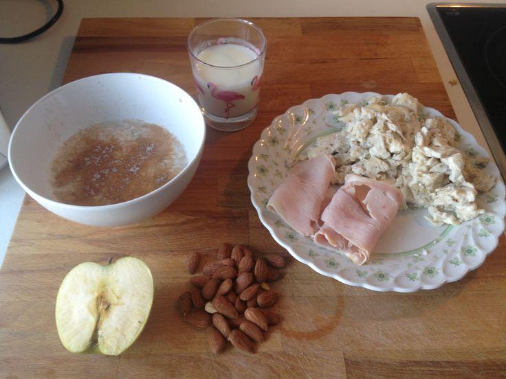 Combo Nº1 de 6 para un plan de 3.200 Kcal./día en dieta para volumen limpio:  Kcal: 556 Ingredientes:  - 290 grs. de Clara de huevo. - 40 grs. de Pavo natural. - 150 grs. de yogur 0%. - 90 grs. de Manzana Apple. - 30 grs. de Almendras. - 60 grs. de Avena + Canela   Carbs: 32 grs. Prot: 63 grs. Fats: 14 grs. Comienza el día con alegría