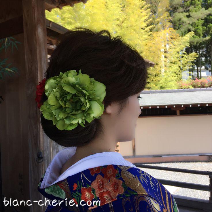 ワケあり☆アートフラワーの髪飾りバーゲンを開催中です! ・ こちらの飾りも撮影で使用したので、ユーズド価格で販売します! ・ http://www.blanc-cherie.com/theme5.html ・ ・ ワケありと言っても? 展示品だったり ケース無しだったり 撮影で一度使用しただけ なので、新品同様の美品です! ・ ・ 在庫が無くなったら終了の早いもの勝ち。 ・ 髪飾りのみ見たい~という方も、もちろんOK! ・ ご来店前には、必ずご予約をお願い致します。 ・ ・ ・ ・ ・ ・ #ヘッドドレス #髪飾り #成人式 #成人式前撮り #ブライダルヘアメイク #フォトウェディング #ウェディングヘアアレンジ #結婚式 #結婚準備 #プレ花嫁 #関西花嫁 #大阪花嫁 #関西プレ花嫁