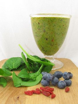 Vol met kracht en met grondstoffen voor geluk: power smoothie met spinazie, sinaasappel, banaan, blauwe bessen en gojibessen.
