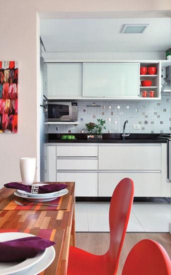 Decoração // Cozinha // Pequena // Cor: Branca e Preto // Pastilhas de Inox // Moderna