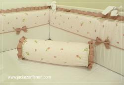 Kit de Berço mod. Botões de Rosa c/ lindo tecido floral de pequenos botões de . . .