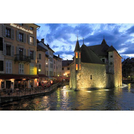 <p>Met bijnamen als het Rome van de Alpen en het Venetië van de Alpen - omwille van de vele kanalen die door de stad lopen - kan Annecy niet anders de romantiek doen opbloeien. De middeleeuwse straatjes, het water en de oude gebouwen zorgen voor een heel gezellig sfeertje.</p>