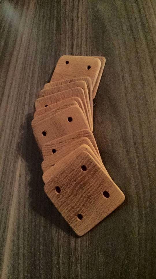 selbstgemachte Webbrettchen mit schiefen Löchern (Ulme) self-made cards for tablet weaving (elm tree)