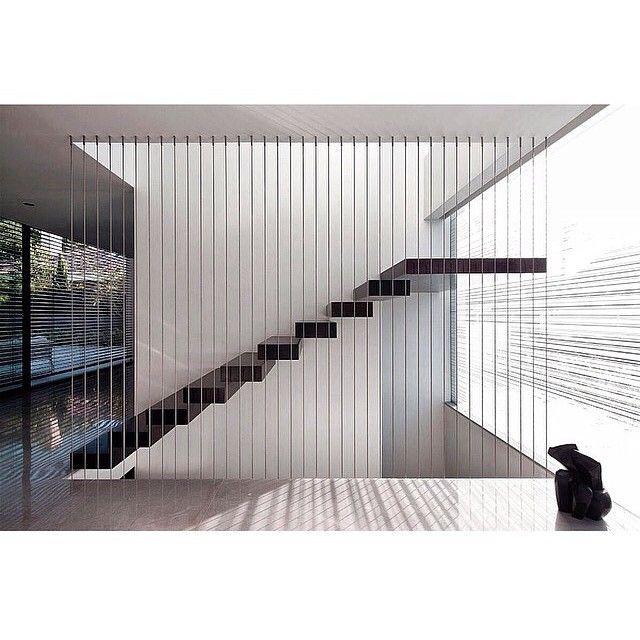 Lujosa escalera flotante minimalista con valla de - Valla seguridad escalera ...