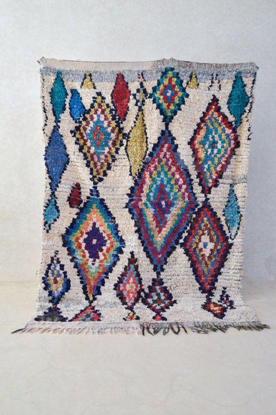 BOUCHEROUITE T87 De Boucherouite is een stijl van deken vrij van traditionele modellen, een spannende visuele dagboek van de Berber vrouw zintuiglijke ervaring van het leven. De Boucherouite kan soms leiden tot het niveau van de kunst. De weavers gevoelens, in wezen haar ego, worden tentoongesteld in stukken en fragmenten. Haar complexe emoties zijn tegelijk geopenbaard en gecodeerd in vet contrasterende kleur, en een krachtig patroon, heerlijk textuur veld.  Grootte: 611 x 411…