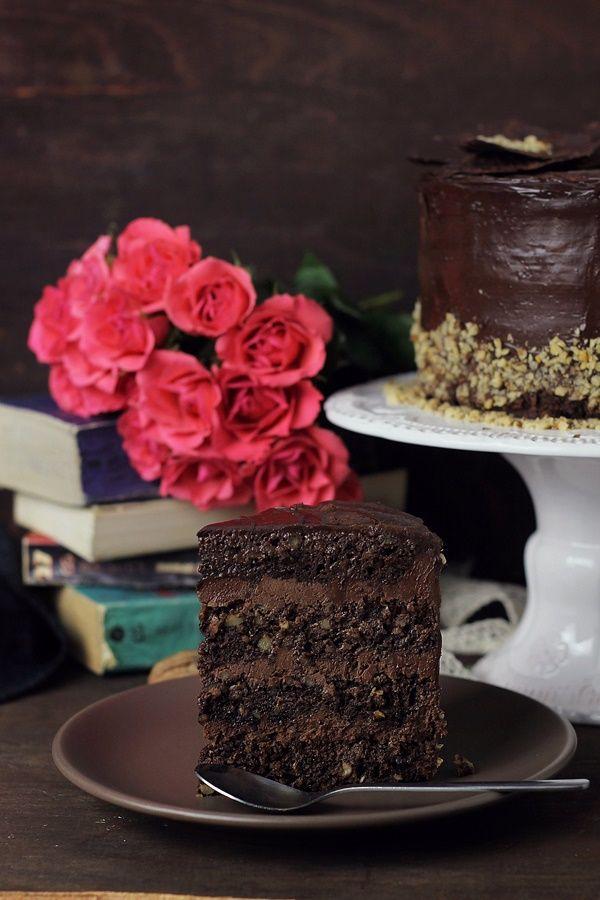 Tort cu ciocolata si nuci- un tort cu ingrediente putine, dar combinate sunt o adevarata placere pentru papilele gustative.