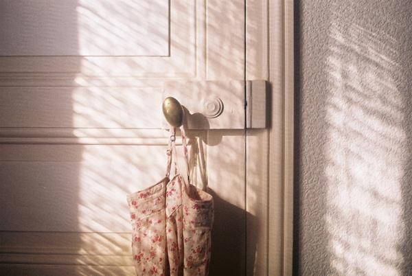 des sacs en tissus accrochés à toutes les poignées de porte ...