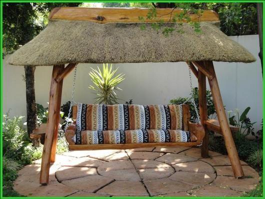 Luxe kado's bij luxekado.com: Tuin en patio - Schommelbank met rieten dak
