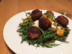 Parmezaanse balletjes en salade van linzen en pompoen   Tuur met pruimen