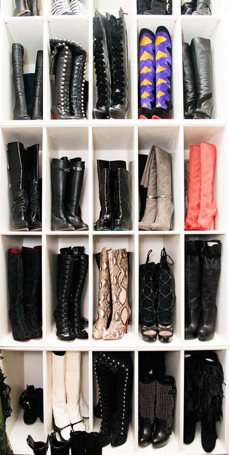 Schoenen opbergen in vakjes.