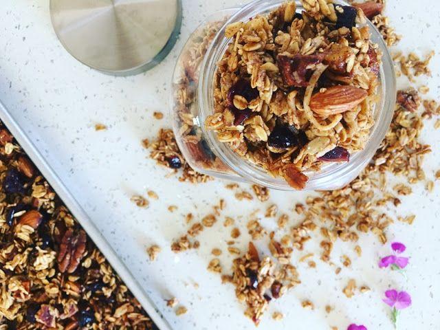 Deliciosa mezcla de avena, fruta seca, nueces, coco y amaranto, bañada en miel de abeja con un toque de vainilla y canela, horneada hasta tostar.