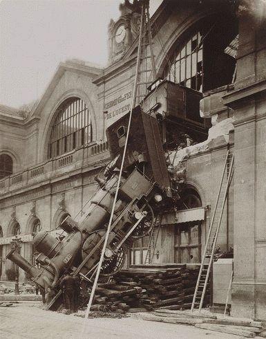 L'accident Un certain 22 octobre 1895 à 16h, à la gare Montparnasse à Paris... La photo qui a fait le tour du monde... http://cheminfergranville.net/accident.htm On aperçoit les sauveteurs, les pompiers et les enquêteurs qui s'affairent près de la locomotive...