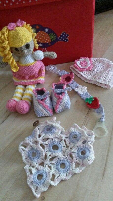 Fürs Baby  Anleitung: Puppe http://www.wollplatz.de/blog/puppe-hakeln-madchen/  Schuhe https://www.crazypatterns.net/de/items/6468/kostenlose-haekelanleitung-fuer-anfaenger-babyschuhe-mit-blume  Tuch Crazypattern.de   Mütze https://www.crazypatterns.net/de/items/5325/kostenlos-sommer-muetze-baby-haekeln  Scnullerkette Selbstgemacht