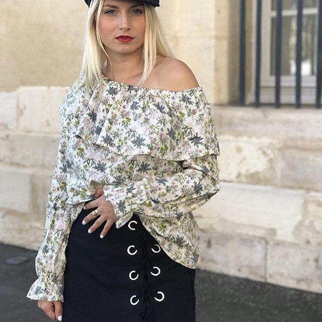 Le soleil est de retour ! Du coup on ferait bien comme Ophélie qui a remis sa Blouse Daisy Liberty de La collection SS17 😉☀️💛 (Notre petit doigts nous dit que vu son succès il ne serait pas impossible de voir une réédition ... !!!) ... #Fionavani #fblogger #fashiondaily #fashion #frenchbrand #premium #womenswear #womenstyle #clothing #eshop #shopping #style #frenchgirls #mood #outfit #ootd #blogger #frenchblogger #love #offshoulder #liberty #print #blouse #lookbook