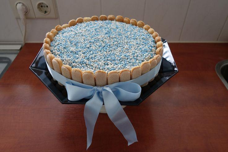 Geboortetaart, Elektrische oven: 160 ºC, Heteluchtoven: 150°C, Ingrediënten: voor de taartbodem: Dr. Oetker Biscuitmix, Basismix voor taart 4 eieren (kamertemperatuur) 50 ml melk roze of blauwe kleurstof voor de botercrème: Dr. Oetker Mix voor Luchtige Botercrème 100 g zachte roomboter 125 ml koude melk voor decoratie: roze en blauwe muisjes Dr. Oetker CupCake Rolfondant wit pak lange vingers (cadeau)lint (roze en blauw) Extra nodig: mixer met garden bakvorm van 20 cm boter of bakspray (voor…
