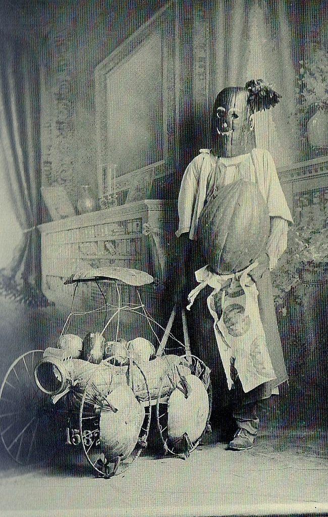 35 Creepy Cool Vintage Halloween Costumes | Halloween costumes ...