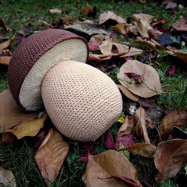 Pán v hnědém klobouku Originální háčkovaný hříbek, který je vhodný jako dekorace nebo hračka pro děti. Tento hřib borový je zhotovený z polystyrenových korpusů a obháčkovaný barevnými bavlněnými přízemi. Rozměry: výška hřibu 16 cm průměr kloboubu 12 cm Materiál: polystyren, 100% bavlněná příze