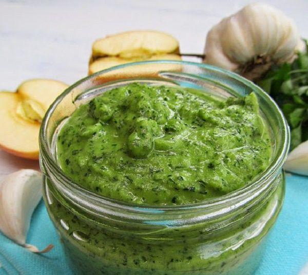 Потрясающе вкусный и ароматный соус из петрушки, яблок и чеснока  Прекрасен для мяса, рыбы и овощей!
